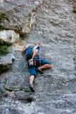 Mannpraxis beim Klettern am Felsen Lizenzfreie Stockbilder