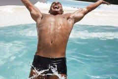 Bemannen Sie rückwärts tauchen in Swimmingpool Lizenzfreie Stockbilder