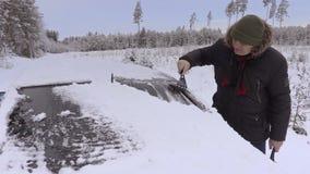 Bemannen Sie Reinigungsautofenster vom Schnee im Winter stock video