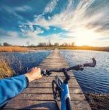 Bemannen Sie Reiten auf einem Fahrrad über der Brücke Stockfoto