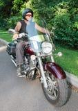 Bemannen Sie Reitmotorrad Lizenzfreie Stockfotografie