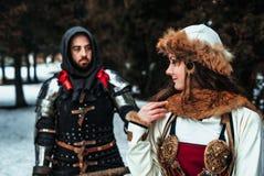 Bemannen Sie Ritter in der Rüstung und in der Frau im historischen Kostüm stockbilder