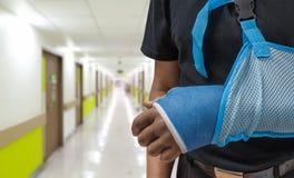 Bemannen Sie ` s Arm in der Form und Riemen mit unscharfem Krankenhaushintergrund stockfotos