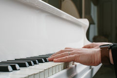 Bemannen Sie ` s Hände auf Tastatur des weißen Klaviers stockbilder