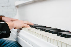 Bemannen Sie ` s Hände auf Tastatur des weißen Klaviers stockfotografie