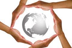 Bemannen Sie ` s Hände, die rund um den Globus auf weißem Hintergrund halten Stockfotos