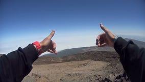 Bemannen Sie ` s Hände vor einem schönen Himmel stock video