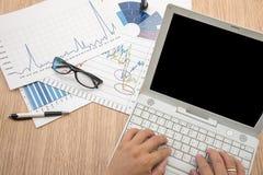 Bemannen Sie ` s Hand, die auf Laptop-Computer schreibt Geschäftsbericht, Geschäft Lizenzfreies Stockbild