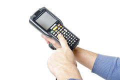 Bemannen Sie ` s Hand, die einen Barcodescanner hält Stockbild