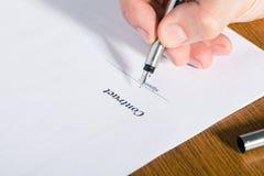Bemannen Sie ` s Hand mit einem Stiftzeichen ein Vertrag stockfotografie