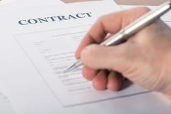 Bemannen Sie ` s Hand mit einem Stiftzeichen ein Vertrag lizenzfreie stockbilder