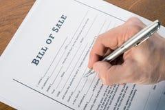 Bemannen Sie ` s Hand mit Stiftzeichen der Kaufvertrag lizenzfreie stockfotografie
