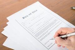 Bemannen Sie ` s Hand mit Stiftzeichen der Kaufvertrag lizenzfreie stockfotos