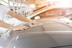 Bemannen Sie sauber das Auto mit Stoff und das Polieren, Creme, Weinlesebildart einwachsend Lizenzfreies Stockbild