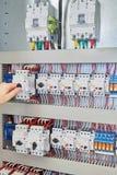 Bemannen Sie Schalterschalter-Schutzmaschine, um das elektrische Kabinett herein zu überprüfen Stockbild