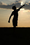 Bemannen Sie Schattenbild auf dem undeutlichen Hintergrund des Sonnenunterganghimmels Stockfoto