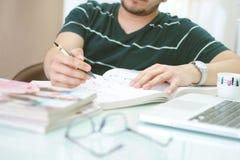 Bemannen Sie Schreiben mit dem Stift auf dem Buch Lizenzfreie Stockfotografie