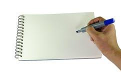 Bemannen Sie Schreiben mit einer Markierung auf einem gewundenen en-gehend Buch Stockfoto