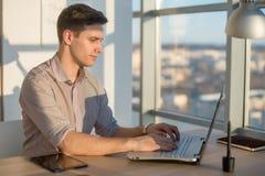 Bemannen Sie Schreibentext oder Blog im Büro, hir Arbeitsplatz, unter Verwendung der PC-Tastatur Busyman-Funktion Stockbild