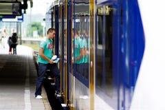 Bemannen Sie Schritte herein am Bahnhof Utrecht, Holland, die Niederlande Lizenzfreie Stockfotografie