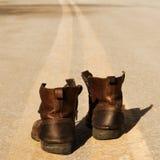 Bemannen Sie Schuhe auf der Straße, quadratische Zusammensetzung Lizenzfreie Stockbilder