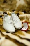 Bemannen Sie Schuhe und roten kleinen Kasten für Hochzeitsringe Lizenzfreie Stockfotos