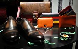 Bemannen Sie Schuhe, walet und Säckchen Dolce u. Gabbana stockbilder