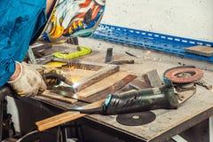 Bemannen Sie Schweißung ein Metallschweißgerät in einer Werkstatt Lizenzfreie Stockbilder
