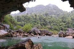 Bemannen Sie Schwimmen Nuoc Mooc in der See-, romantischer und ruhigerlandschaft Stockfotos