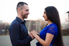 Bemannen Sie, seine Freundin fragend, ob sie ihn heiraten möchte stockbild