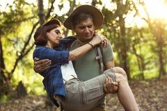 Bemannen Sie seinen Partner hochhalten während Trekking im Dschungel Lizenzfreie Stockfotos