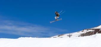 Bemannen Sie Skifahren auf Steigungen des Pradollano Skiorts in Spanien Stockbild