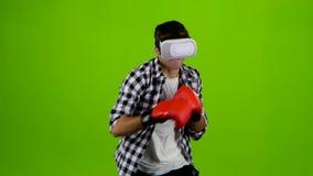 Bemannen Sie Spiele in einem Kasten mit vr Gläsern Grüner Bildschirm stock video footage