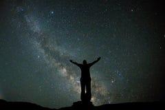 Bemannen Sie Stand an der Ansicht des nächtlichen Himmels mit Sternen und Milchstraße Stockbilder