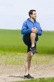 Bemannen Sie Stand und dehnen Sie das Bein aus Lizenzfreies Stockbild