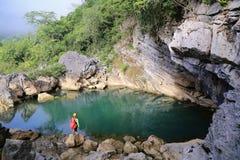 Bemannen Sie stehende Front von einem Jadegrünsee, von ruhigen und romantischen Landschaft Lizenzfreies Stockbild