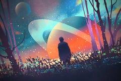 Bemannen Sie stehendes allein im Wald mit fiktivem Planetenhintergrund Stockfotografie