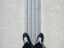 Bemannen Sie Stellung auf blinde Bahn arbeitsunfähigem Handikapgehweg Lizenzfreie Stockbilder