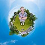 Bemannen Sie Stellung auf dem Gras im Garten Stockfoto