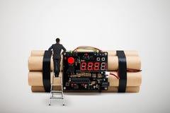 Bemannen Sie Stellung auf dem Stehleiter und das Betrachten der großen Bombe Lizenzfreie Stockbilder