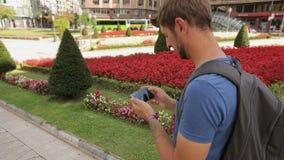 Bemannen Sie Stellung im Stadtplatz und die Prüfung von Navigations-APP und denken, wohin man geht stock video footage