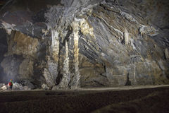 Bemannen Sie Stellung neben einer Gruppe von Stalaktithöhle 2 Lizenzfreie Stockfotografie
