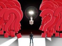 Bemannen Sie Stellung vor der glühenden Glühlampe, die eine riesige Wand von Fragezeichen zerteilt Stockbild