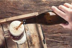 Bemannen Sie strömendes Bier in Glas Stockbilder