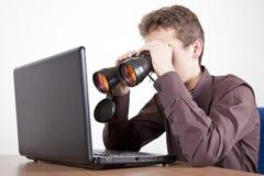 Suche nach ihr Lizenzfreie Stockfotografie