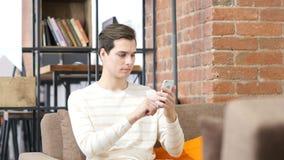 bemannen Sie surfendes Internet auf Smartphone, Bildung und Internet-Konzept lizenzfreie stockfotografie