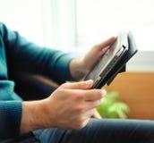 Bemannen Sie Tablettecomputer zuhause anhalten Lizenzfreies Stockbild