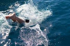 Bemannen Sie Tauchen in das Meer Stockfoto