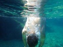 Bemannen Sie Tauchen in das Meer Stockfotos