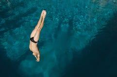 Bemannen Sie Tauchen in das Pool Stockfoto